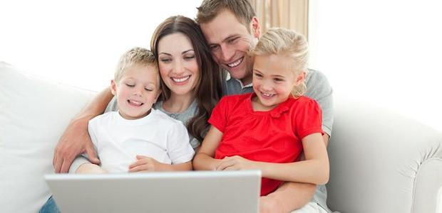 Rodzina kupuje wycieczki online